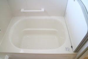 浴室の排水口から水が逆流!原因と自分でできる対処法を解説