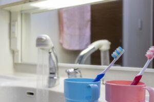 洗面所から水漏れが発生!確認すべきポイントと対処法を解説!