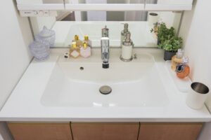 自宅の洗面所で蛇口から出る水が濁っていることに気付いた場合の対処法