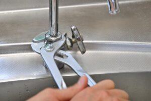 シンクの穴や水漏れトラブルの原因と修理費用