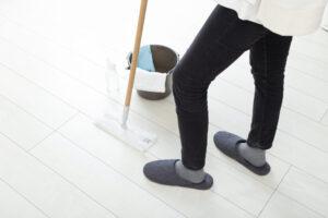気づいたら床に大きな水溜まりが!床の水漏れの原因とトラブル対処法