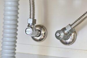 台所(キッチン)で水漏れが発生する原因や放置する影響は?適切な対処法も紹介