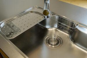 キッチンの排水溝掃除は簡単?重曹とクエン酸でぬめりが取れる!