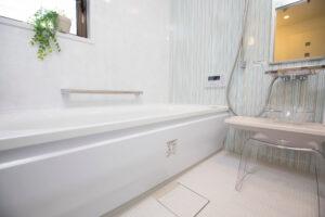 お風呂場の排水溝から水が逆流!?原因や対処法をご紹介!