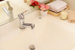 洗面所の水栓から水漏れ発生!寿命は何年?修理交換方法は?