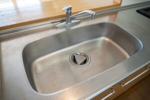 キッチンの排水口が詰まる原因と対処方法について