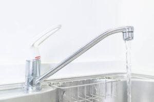 キッチンの排水管から水漏れする原因と対処方法について