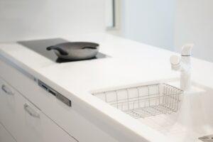 キッチンシンクが破損する原因とは?水漏れ補修のポイントも解説